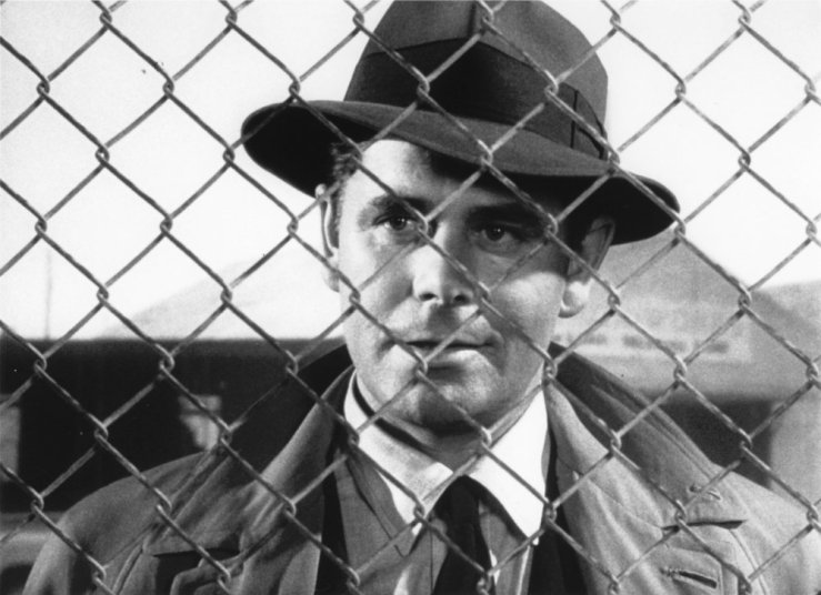 big-heat-the-1953-004-glenn-ford-behind-fence-00m-qd9